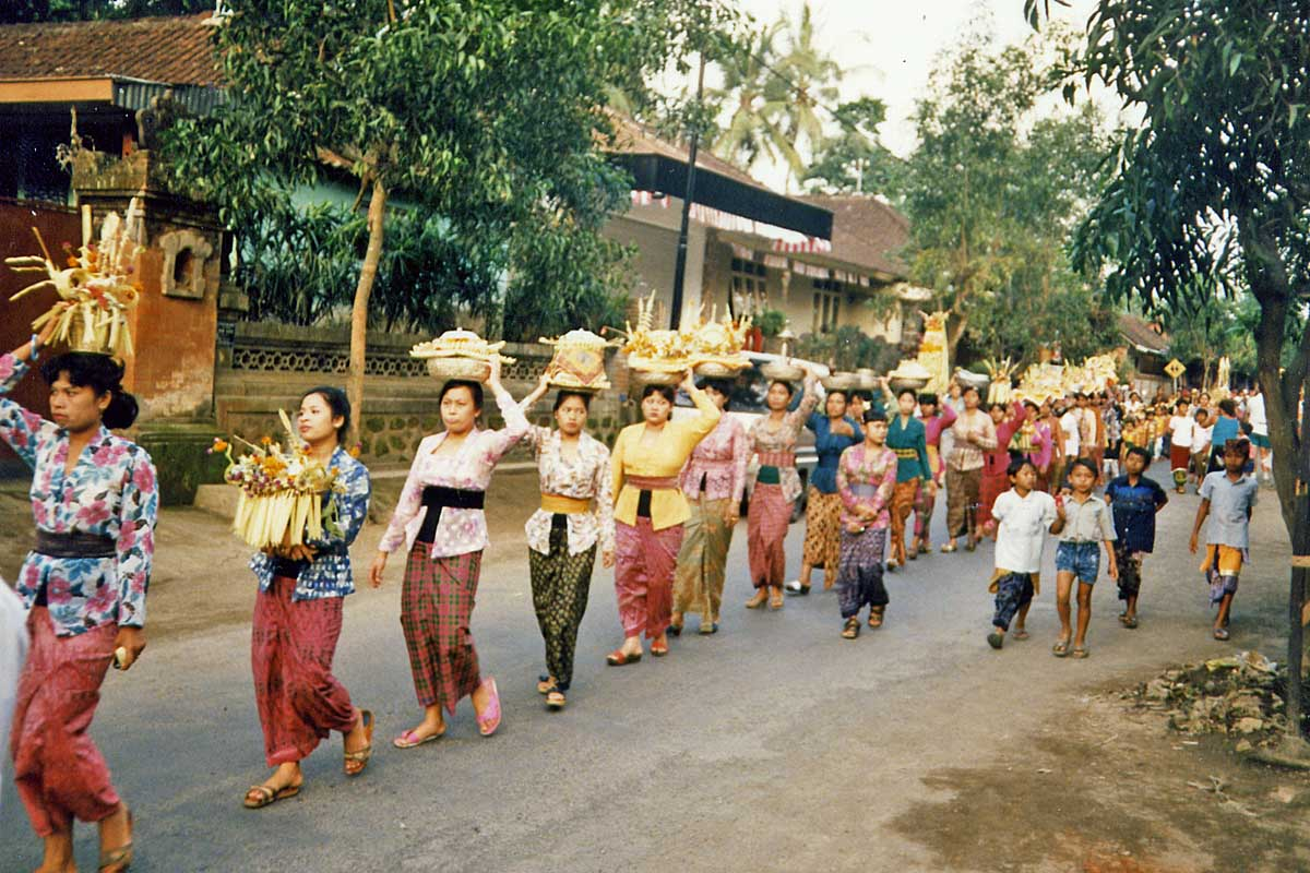 Balines women at procession with offerings
