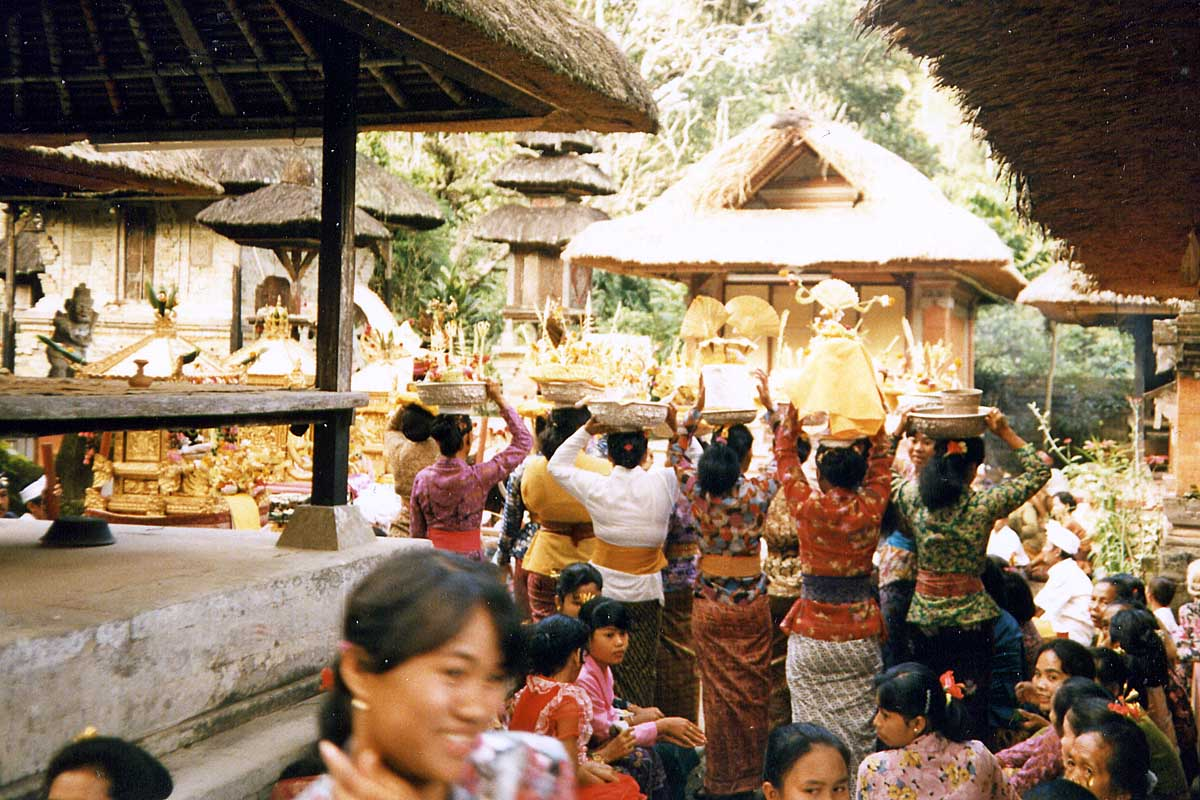 Balines women carry offerings to the temple