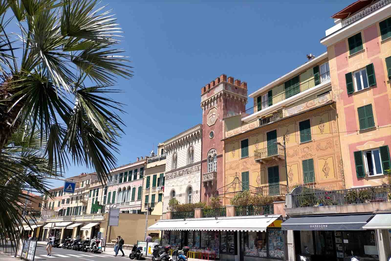 Dieses Bild hat ein leeres Alt-Attribut. Der Dateiname ist 040-Italien-2021-Varazze-promenade-beach-1600x1067.jpg