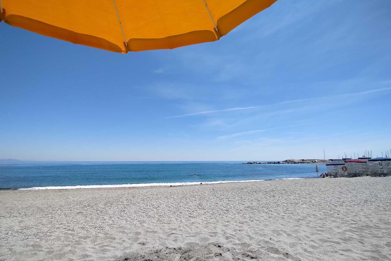 Dieses Bild hat ein leeres Alt-Attribut. Der Dateiname ist 041-Italien-2021-Varazze-beach-1600x1067.jpg