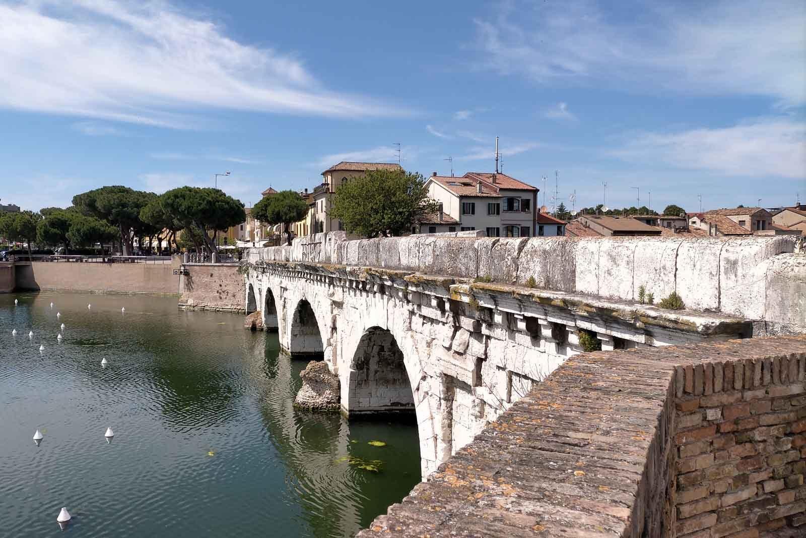 Dieses Bild hat ein leeres Alt-Attribut. Der Dateiname ist 053-Italien-2021-Rimini-ponte-di-tiberio-1600x1067.jpg