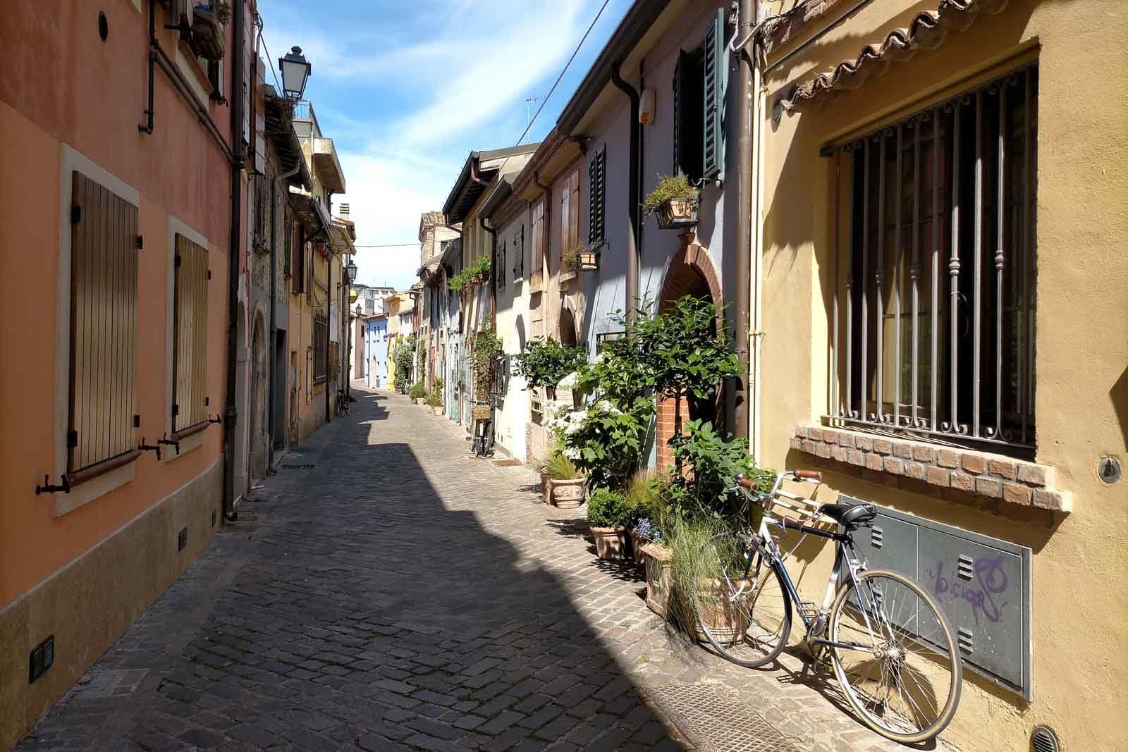 Dieses Bild hat ein leeres Alt-Attribut. Der Dateiname ist 054-Italien-2021-Rimini-ponte-di-tiberio-Borgo-san-Giuliano-1600x1067.jpg