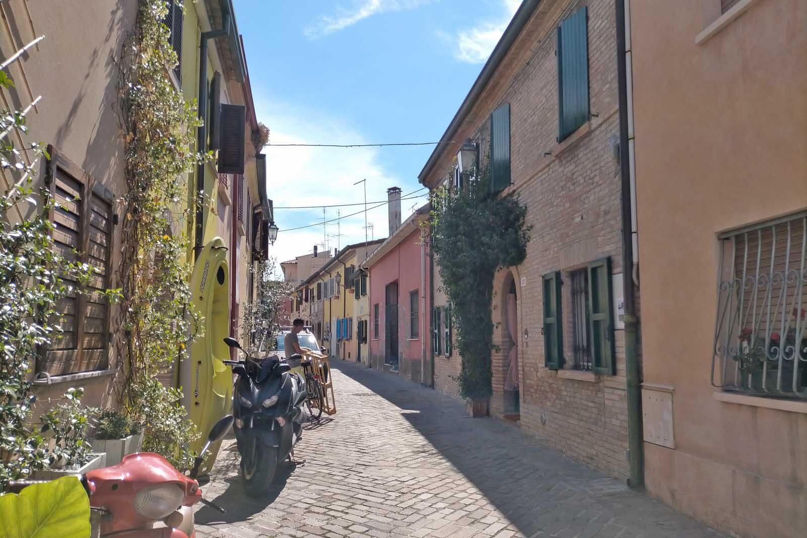 Dieses Bild hat ein leeres Alt-Attribut. Der Dateiname ist 055-Italien-2021-Rimini-borgo-san-Giuliano-1600x1067.jpg