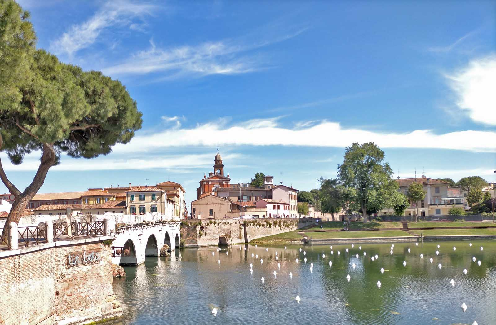 Dieses Bild hat ein leeres Alt-Attribut. Der Dateiname ist 056-Italien-2021-Rimini-ponte-di-tiberio.jpg