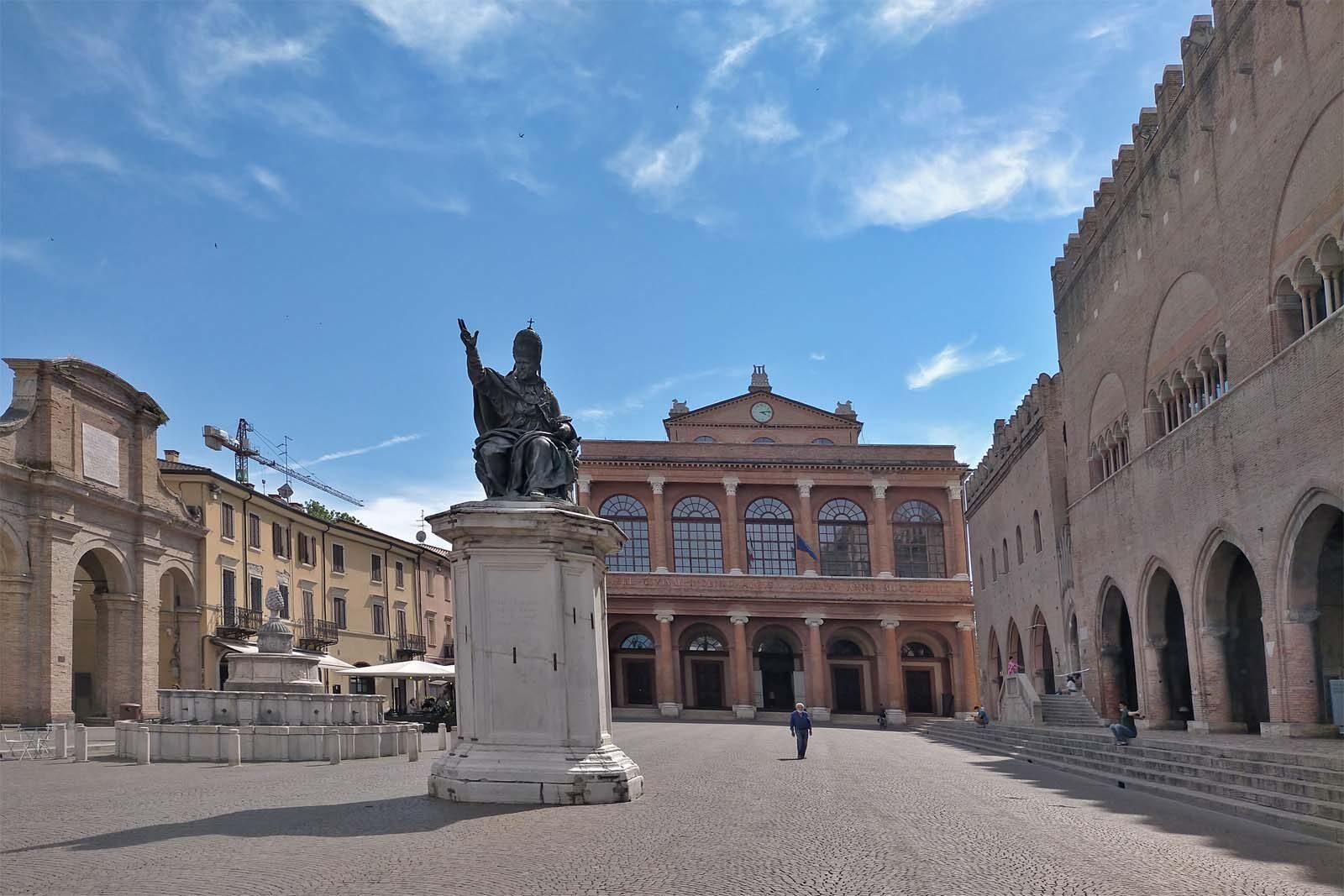 Dieses Bild hat ein leeres Alt-Attribut. Der Dateiname ist 057-Italien-2021-Rimini-piazza-1600x1067.jpg