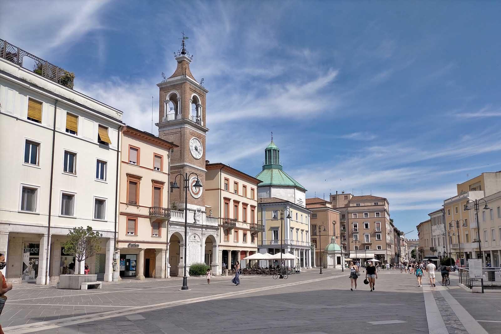 Dieses Bild hat ein leeres Alt-Attribut. Der Dateiname ist 058-Italien-2021-Rimini-piazza-1600x1067.jpg