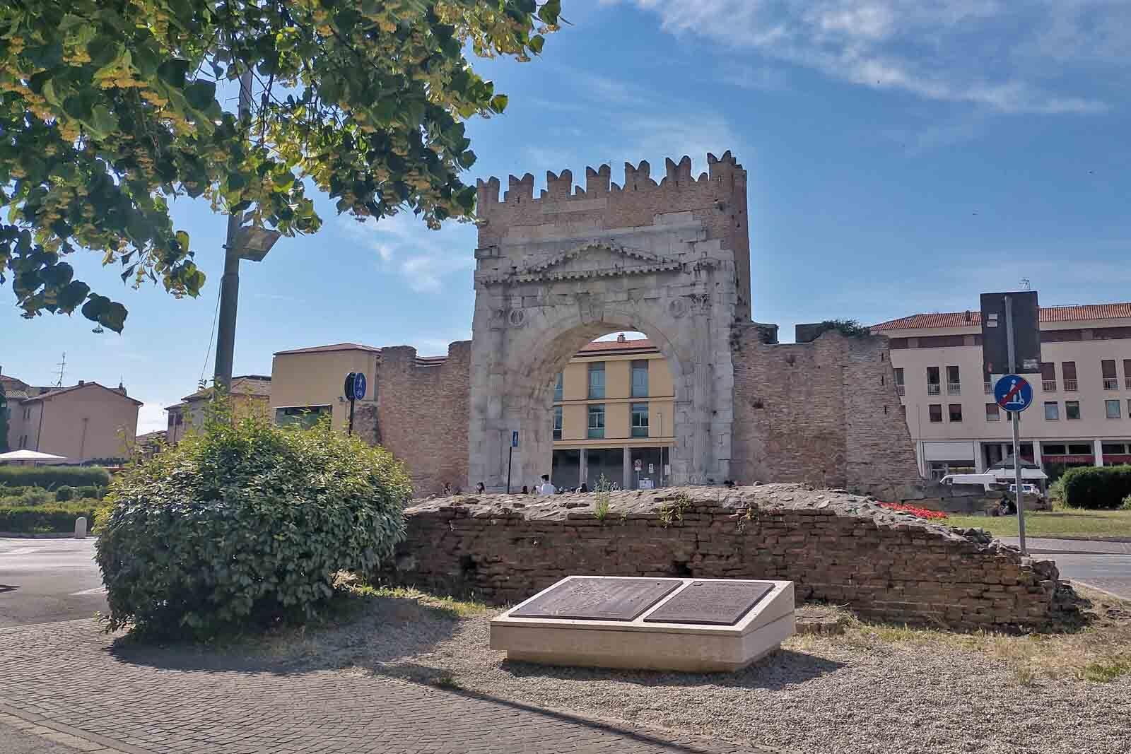 Dieses Bild hat ein leeres Alt-Attribut. Der Dateiname ist 059-Italien-2021-Rimini-arco-di-augusto-1600x1067.jpg